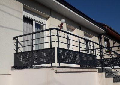 garde corps aluminium balcon exterieur. plaque perforer